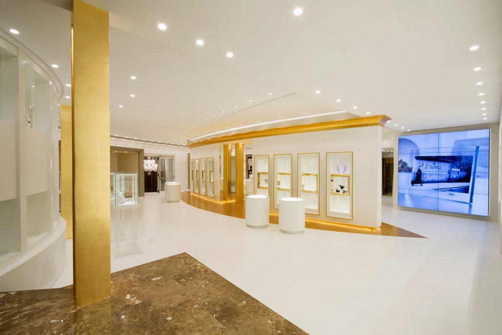 Multibrand di Catania, in Corso Italia 268. Il bianco e l'oro del mosaico dominano la scena degli oltre 1.000 metri quadri del negozio e si armonizzano egregiamente con le trasparenze dei vetri e con la morbidezza degli arredi